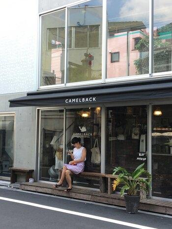 """2014年、""""奥渋""""神山町にオープン。元・寿司職人の成瀬さんがサンドイッチを担当し、バリスタの鈴木さんがエスプレッソを担当するテイクアウト専門店です。  使用するパンは、フィリングによって、ご近所の実力派3店=「カタネベーカリー」(代々木上原)、「タルイベーカリー」(参宮橋)、「365日」(代々木八幡)のバゲットを使い分けるというこだわりよう。"""
