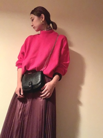 ビビッドピンクは、スカートと合わせてもかわいくなりすぎません。重くなりがちな秋冬の着こなしに、おしゃれなアクセントをプラスしてくれます。