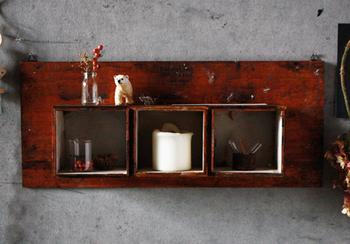 木板とウッドケースを組み合わせて作れるディスプレイラック。ケースの上にもディスプレイできるのが、かわいさのポイントです。コーヒー液で汚れ染みを作って、アンティーク調に見えるよう工夫されています。