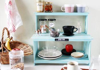 すのこを使って作れる、室内でも屋外でも使えるオープンラック。ちょっとした一手間で、すのこのチープ感をなくす工夫がされています。ベランダガーデニングの観葉植物をまとめて置いたり、キッチンで食器類の収納に使うのも便利です。