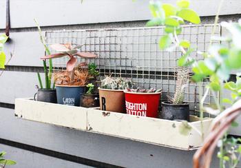 ベランダでお気に入りの植物を飾るのにぴったりな、ガーデン用収納ラックです。焼き網がガーデンインテリアらしい、いい味を出してくれています。