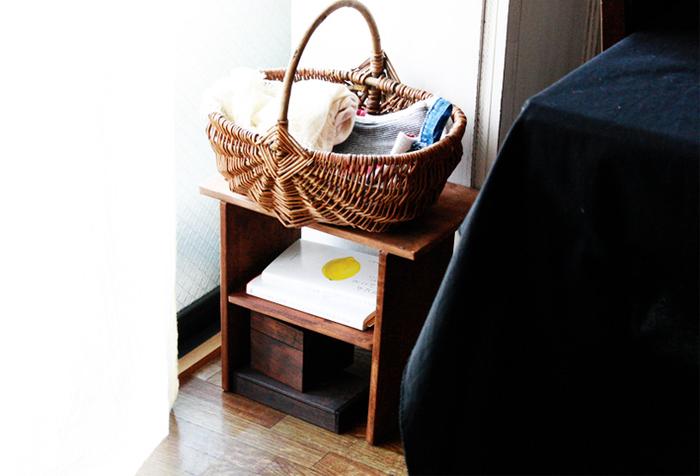 100均で売っている桐のまな板を、サイズ違いで組み合わせて作れるミニラック。部屋の角など、ちょっとしたスペースに置きやすいサイズ感です。読みかけの本を置いたり、サイドテーブルとしても使えますよ。