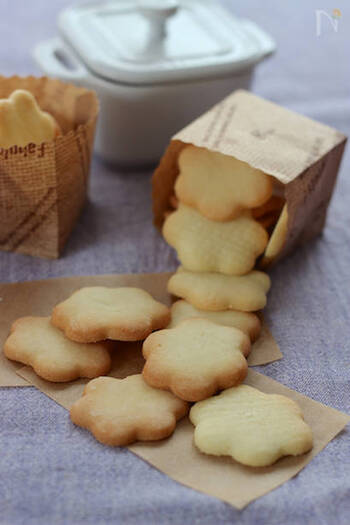 材料をフードプロセッサーで混ぜて作るクッキー生地。3時間以上寝かせたら、冷凍庫へ。食べるときは、数時間前に生地を冷蔵室に移し、型抜きして焼きます。