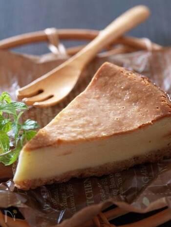 こちらも、材料をフードプロセッサーで混ぜて焼くだけの簡単なチーズケーキ。チーズがダマにならないように、まんべんなくなめらかに攪拌するのがポイントです。