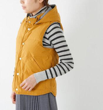 フードや襟付きは首回りが暖かく、冬の寒い日などでも安心です。フードなしだとすっきり着られて春秋は調度良く、冬はコートのインナーとしても活躍します。 また、フードが取り外しになっているタイプや、縦襟部分にフードをしまえるタイプなど機能的なものもあるので、通年使いたい方はチェックしてみてください。