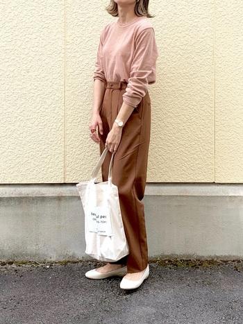 くすみピンクのプルオーバーニットをワンタックの入ったテーパードパンツにインして、きちんと感を演出。くすみピンクとベージュは肌なじみもよく、女性らしい着こなしを作っています。