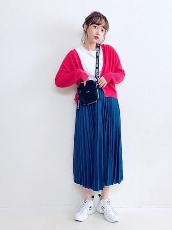 ビビッドなピンクのユニクロのカーディガンは、コーディネートのアクセントにぴったり!ホワイトのトップス、ブルーのプリーツスカートと合わせてトリコロール風の着こなしも素敵♪