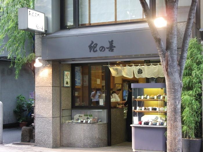 飯田橋駅から徒歩3分、神楽坂の坂の下にある「紀の善」は1948年創業の老舗の甘味処。抹茶ババロア発祥のお店として有名ですが、その他にも四季折々の甘味を用意しており、客足が絶えない人気店です。