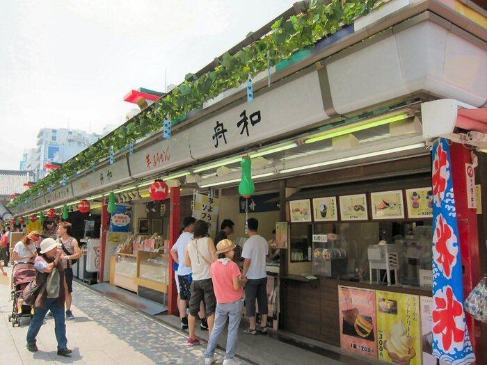 浅草駅から徒歩3分、仲見世通りにある「舟和 仲見世3号店」。創業明治35年の老舗和菓子屋「舟和」の味を気軽に楽しめるお店です。片手で食べられるものが多いので、観光の合間にちょっと立ち寄るのにぴったりですよ。
