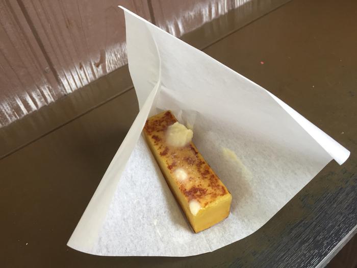 舟和の代名詞とも言える人気の芋ようかんですが、寒い時期にオススメなのは芋ようかんをバターで焼いた「焼芋ようかん」。熱々で手渡される芋ようかんは、やけどに注意!一口ほおばればさつまいもの優しい甘さとバターの風味が広がり、和風スイートポテトのような美味しさです。