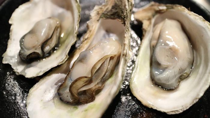 ポイントは、牡蠣を最初に日本酒と醤油で炒り煮しておき、その煮汁を使って炊き込むこと。また、牡蠣の身は別に取っておき、炊き上がりに加えて蒸らすことでふっくらと美味しくいただくことができますよ。