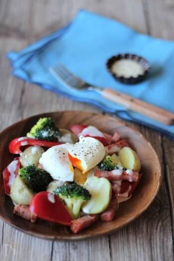 ブロッコリー、ジャガイモ、パプリカ、ベーコンで作る「温野菜のチーズソースとポーチドエッグのせ」。レンジで作れるチーズソースは様々な温野菜に使えるので、野菜をかえたり加えたりして作ってみるのも良いかも。