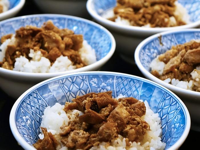日本で人気の高い台湾グルメ。画像は中でもポピュラーな「ルーロー飯(魯肉飯)」で、甘めの醤油で煮込んだ味付けが特徴の豚肉かけご飯です。次にご紹介するのは、そんなルーロー飯をアレンジした炊き込みご飯のレシピです。