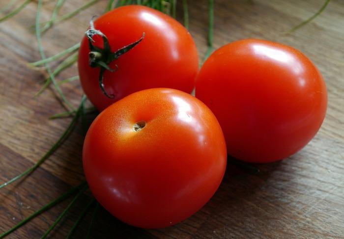 最後にご紹介するレシピは、トマトを皮ごと使う少し珍しい炊き込みご飯です。味付けは、生姜かにんにくお好みで選択してください。生姜はさっぱり、にんにくはコクとパンチのある仕上がりになるそうです。