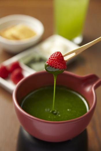 人気の「抹茶チョコレートフォンデュ」は、京都宇治の抹茶とホワイトチョコレートを合わせた香り高いソースが特徴。フォンデュする素材も白玉や生麩など和にこだわったラインナップです。余ったソースはバニラアイスにかけて、最後まで楽しむことができますよ。