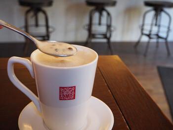 肌寒い季節にオススメの「ホットタピオカミルクティー」。マグカップに入っているため一見普通のミルクティーですが、スプーンですくうとタピオカがたっぷり!温かいタピオカは柔らかい食感で、もちろんミルクティーとの相性も抜群。体が芯から温まります。