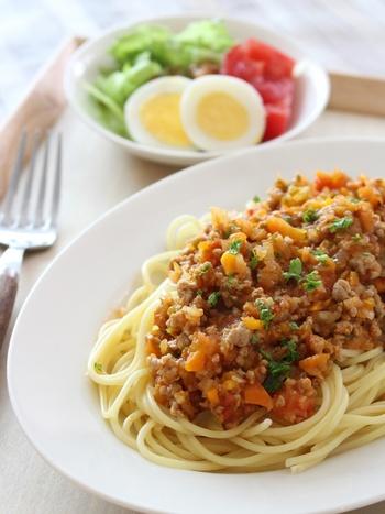 トマト、玉ねぎ、にんじん、セロリ、ピーマン、にんにくが入った手作りのミートソース。生のトマトを使うと、甘くコクのあるソースに♪冷凍保存も可能なので、たっぷり作って保存しておけば、パスタだけでなく、ドリアやオムレツなどにもアレンジできて便利です。