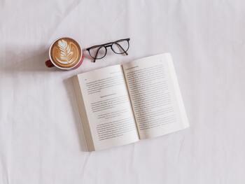 安価に、そして手軽に一流のものに触れられるのが、読書。通勤時間など、隙間時間を上手に使って読書を楽しみましょう。