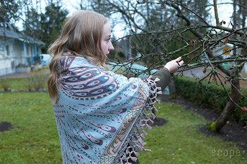 ウール70%、シルク30パーセントで織られた軽くしなやかなショールです。北欧のデザインセンスを感じさせる独特の柄が大人っぽくて華やかです。