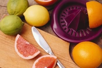 ジューサーは、水分が多い果物の果汁を絞りジュースを作るキッチンツールです。手動タイプから電動タイプまであり、電動タイプであれば水分が多い野菜もジュースにできます。  食物繊維と液体を分離させるところがハンドブレンダーとの違い。さらっと口当たりの良いジュースが作れます。