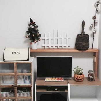 カラーボックスを使ってテレビ台にしている実例です。カラーボックスの背板は薄いので穴が開けやすく、配線を通したい時にも自由に場所を決められます。部屋のスペースに合ったテレビ台が欲しい時に便利なアイデア♪