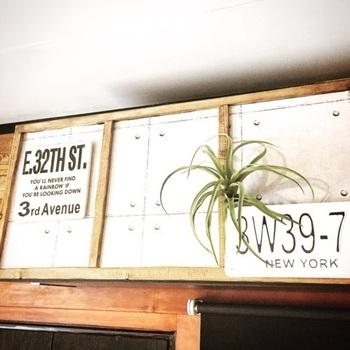 カラーボックスを壁面収納にするアイデア。大型のL字金具を使って固定します。高い位置に取り付ければ、キッチンの吊り戸棚のように使えますよね。キッチンの収納が少なくて困っている時によさそうです。