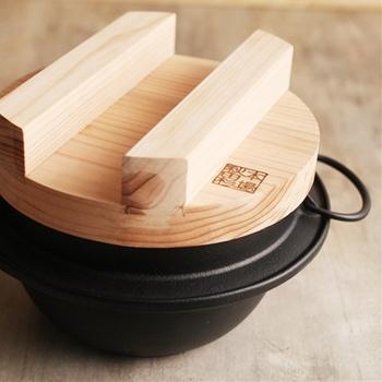 肉厚な鉄器と、秋田杉の木蓋。昔懐かしいごはん釜です。しっかりした南部鉄器は、蓄熱効果が高く、高温を保ちながらふっくらごはんを炊き上げます。おこげができるのもうれしいところ。ガス・IHに対応します。