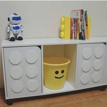 扉付きのカラーボックスに円形のコースターを貼り付けてレゴ風にアレンジ。子供部屋に使うカラーボックスにオリジナリティを出したい時に、手軽にできるアイデアですね。