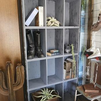 ペイントしたカラーボックスを横向きに積み重ねると、大きな本棚に大変身。側板に補強用の板を打ち付ければ、重ねていてもしっかりと固定できて安心です。