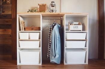カラーボックス2台の間にポールを取り付けてハンガーラックに。天板上に板を渡せば物を置くことができます。ちょっとしたクローゼットになるので、普段着や子供服の収納にも◎