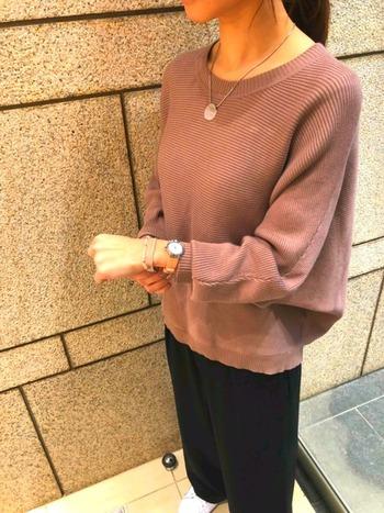こちらはZARAのくすみピンクのニット。黒のワイドパンツを合わせたメンズライクな組み合わせですが、さり気ない小物使いで洗練された大人の着こなしに。
