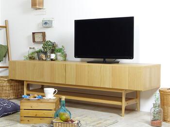 存在感抜群な大きなテレビボードを使ったレイアウト。半分はテレビスペースにしつつ、もう半分は愛らしい小さな植物達を集約。バラバラと置かずにまとめることで、スッキリ整った印象のテレビ周りになりますよ。壁面が空いてしまうのが気になったら、壁面ラックなどで飾るのもおすすめです。