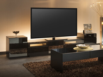 テレビボードの裏にライトを置きテレビを照らすことで、ムード漂う大人の空間に。あえて物は多く置かず、スッキリと飾ることで洗練されたリラックス空間を演出できます。 また、生活感の出やすいテレビも、黒い家具の中だと違和感なく馴染みます。