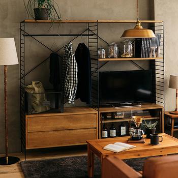 使いやすく整ったミニマムな暮らしがお好きな方にぴったりな一体型テレビボード。なんと、テレビ台・飾り棚・クローゼットが一体化しています。下段には引き出しも付け、小物もしまえるように。1人暮らしの方や、自分の部屋をコンパクトに整理整頓したい方にもおすすめです。