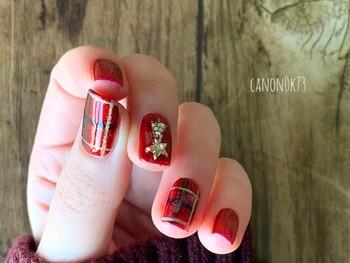 クリスマスカラーは冬の定番!こちらのデザインは100円ショップのキャンドゥのスタンププレートを使って作られたそう。100円ショップの道具も積極的に活用してみたくなりますね。