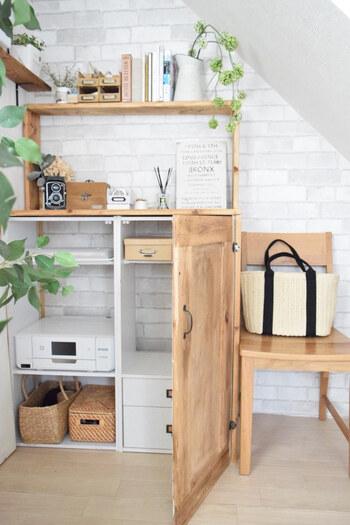 カラーボックスに木製の扉や側板を付けて、リビング収納にアレンジ。こちらではプリンターやカメラなどをしまっています。空いたスペースには突っ張り棒を付けてコピー用紙などをしまう場所に。扉を閉めればカラーボックスとは思えない立派な見た目です。