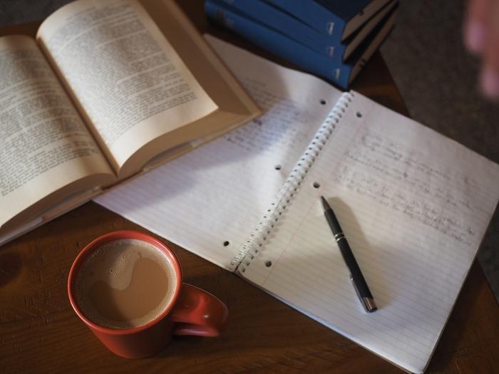 忙しいから、眠いからというのは自分に対する言い訳にしかなりません。勉強のための時間は作るもの。細切れの時間でも、毎日積み重ねていくことで、膨大な時間になります。勉強して、成果を得ることはわたしたちの心を満たすことにつながります。どんどん新しいことを学んで、自分を磨いていきましょう!