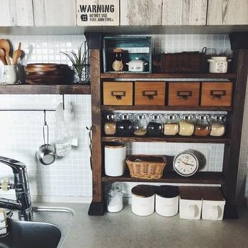 2×4の木材を柱に、1×4の木材を棚板にして作られたキッチンの収納棚。賃貸でも設置できて、収納力もおしゃれ度もぐんと上がります!キッチンカウンターの上や、窓の部分に取り付けても便利に使えそうですね。
