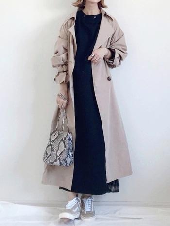 ブラックコーデを持ってくるならワンピースもおすすめです!シンプルなワンピースもトレンチコートにはぴったりで、裾にポイントでチェック柄が見えるようトレンチコートよりもワンピースが長めなのもワンポイントおしゃれでいいですね*