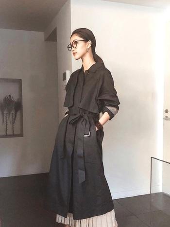 羽織る印象のトレンチコートですが、トレンチコートはベルトが付いているため前を閉めてワンピース風に持ってくるのもワンランク上のおしゃれに♪スカートに明るい色を持ってくることでアクセントとなっておしゃれにキマリます!