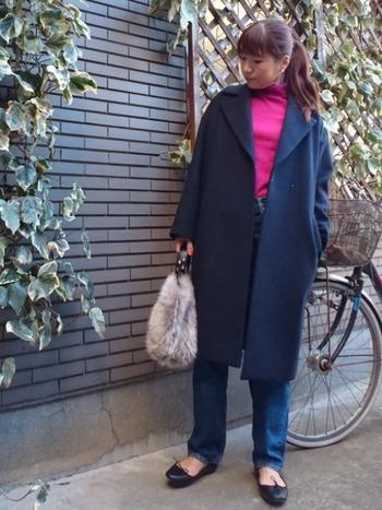 オーバーサイズのコートの下からちらりビビッドなピンクのタートルネックを覗かせて、華やかな差し色を。薄手のタートルニットならコートの下でももたつかず、春先まで着られるので便利♪