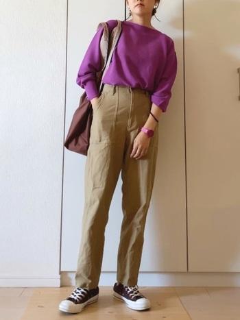 女性らしいパープルピンクのニットには、メンズライクなベイカーパンツでカジュアルダウン。ちょうどいい柔らかさのある着こなしに。