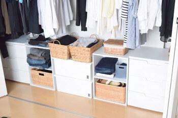 クローゼットのハンガー下にカラーボックスを使うアイデア。衣装ケースと違ってカラーボックスなら、オープン収納にも引き出し収納にもアレンジできます。バスケットを使えばおしゃれな雰囲気に。