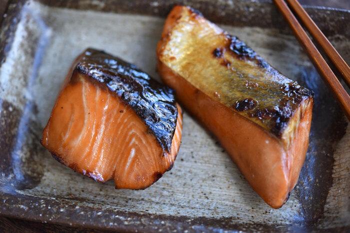 同じ量の醤油(濃口)、酒、みりんを合わせたものに生鮭をじっくりと漬け込むことで、臭みが飛んでさらに美味しく♪味が染み込んだ鮭はふっくらと焼き上がり、香ばしい香りが口いっぱいに広がります。
