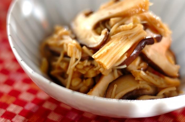 しょうがの香りいっぱいの、しいたけとエノキを使った醤油煮。酒がキノコたちの旨味をぐんぐん引き出してくれます!キノコが美味しいこれからの季節におすすめのレシピです。