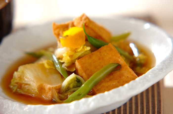 野菜がたっぷりと食べたいときには、白菜とサヤインゲンを使ったヘルシーな煮物のレシピはいかがでしょう?薄口と普通の2種類の醤油を使うので、醤油の風味が豊かに広がります。