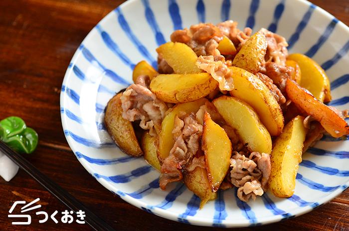 豚ロースの薄切り肉とじゃがいもを使った、ボリューム満点のレシピ。じゃがいもはレンジで加熱したものを使うので、パパッと手軽に作れちゃいます♪