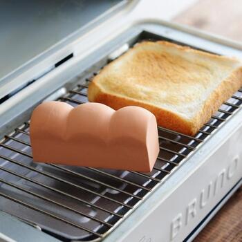 食パンの隣りに食パン…?こちらは、パンをふっくら焼き上げてくれるトーストスチーマーです。約20秒間水に浸して、パンと一緒にオーブントースターに入れて焼き上げるだけ。スチーマーから蒸気が出てふっくらカリカリ。冷凍したパンの焼き戻しにも使えますよ。