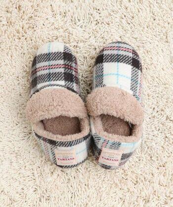寒い季節、室内で過ごす時に欠かせないスリッパ。内側がボア地だと暖かくて気持ちいいですね。ショート丈なので履きやすさもバッチリ!かかと部分には、すべり止めもしっかり付いています。チェック柄はAfternoon Teaオリジナルのもの。チェアパッドやブランケットと合わせて使いたいですね。