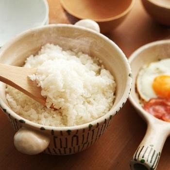 2合のお米が炊ける土鍋と、そのまま器になる片手パンがついたセット。お鍋は、ごはん意外にもスープ作りにもOK◎片手パンで目玉焼きなどを焼けば、そのまま和朝食が楽しめます。素朴な和テイストの模様もおしゃれ。